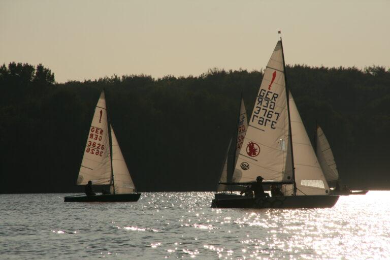 Größere Boote segeln