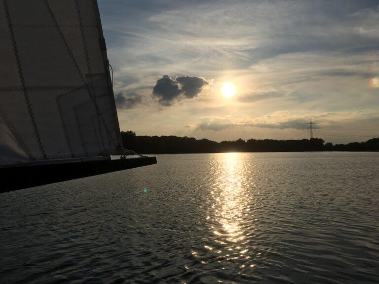 Kurz vor dem Sonnenuntergang aus dem Segelboot