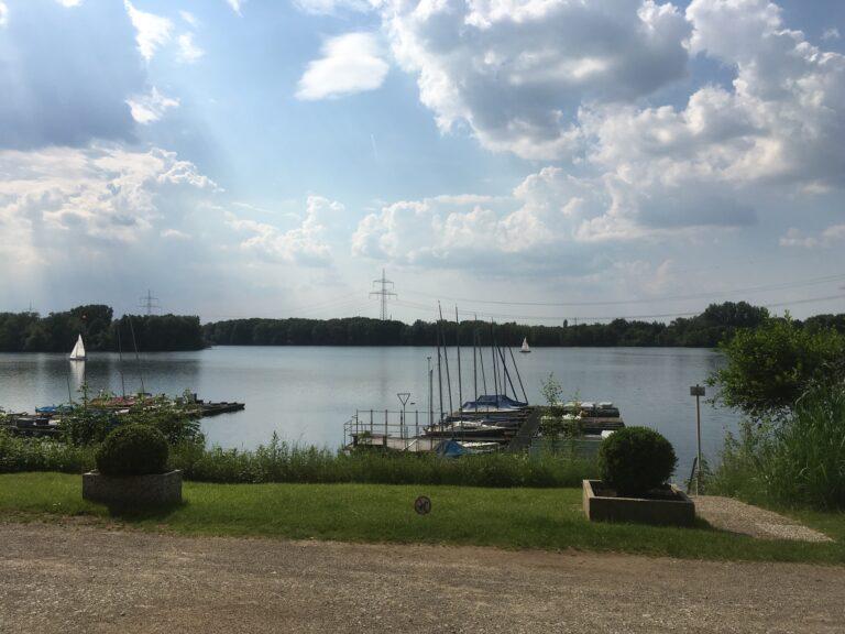 Wolkiger Tag mit Blick auf den See vom Vereinsheim
