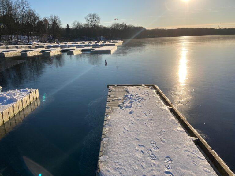 Zugefrorener See im Winter vom Steg